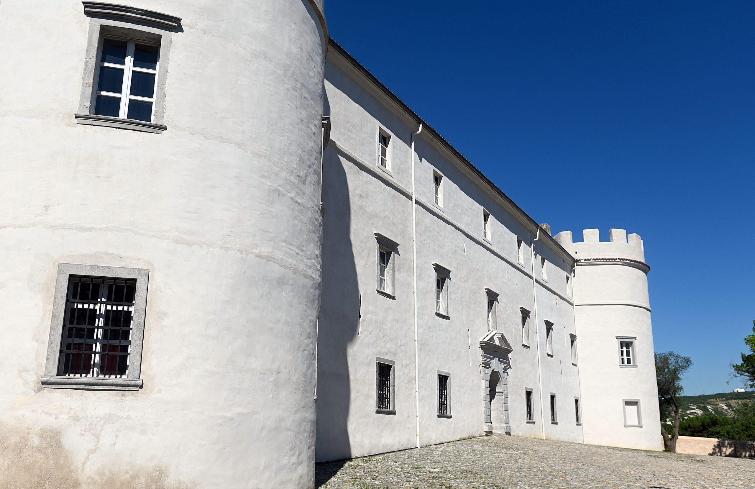 Dvorac je građen kao ljetnikovac, rezidencijalna palača koja je dvjema velikaškim obiteljima služila za odmor