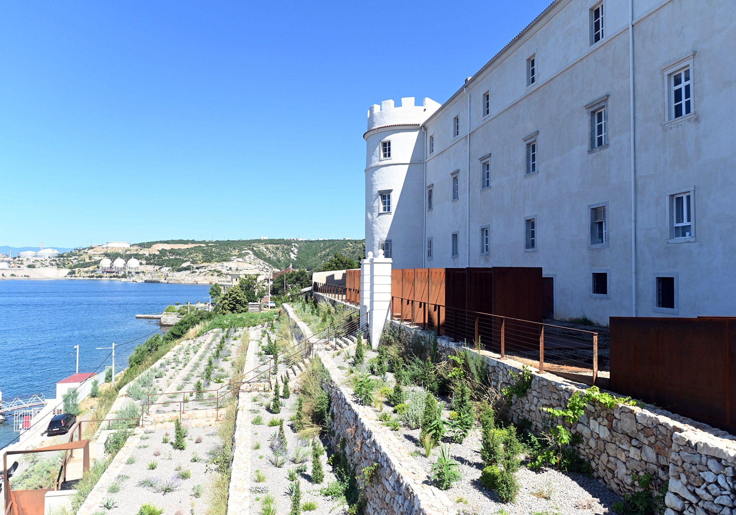 Suhozidi nose hortikulturno uređene terase prema moru