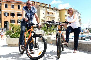 Rikardo Staraj i Nensi Dretvić spremni su za biciklističku turu / Foto Marko Gracin
