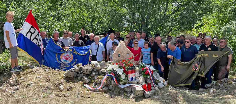 Delegacija s Raba kod spomenika Slavku Deželjinu
