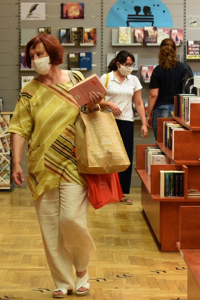 Koliko god torbe bile teške, knjigu nije teško ponijeti / Snimio M. GRACIN
