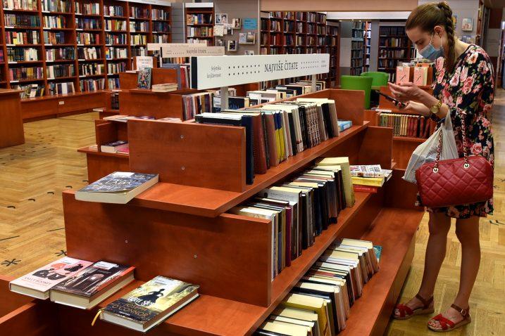 Iako je vruće, rutina odlaska u knjižnicu se ne preskače / Foto Marko GRACIN