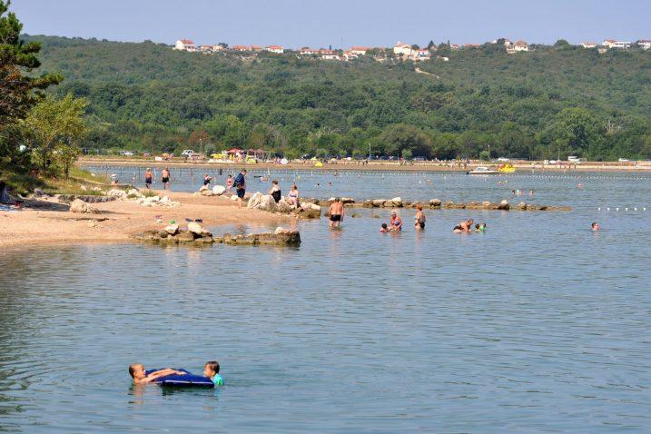 I žitelji i turisti obalnih mjesta Dobrinjštine, unatoč novopostavljenom sustavu kanalizacije, proteklih se tjedana guše u smradu / Foto M. TRINAJSTIĆ