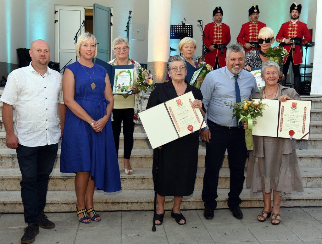 Čelnici Općine s općinskim laureatima i dobitnicima priznanja za najljepše okućnice / Foto M. GRACIN