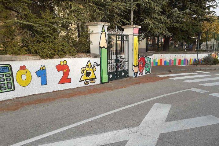 Oslikan zid škole u Šmriki
