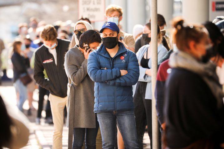 Ljudi čekaju u redu za cijepljenje u Cape Townu / Reuters