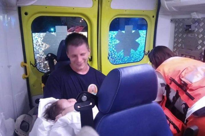 Vatrogasac Mario Rubeša s bebom u vozilu hitne pomoći / Foto Facebook Vatrogasci - Oni su naši heroji