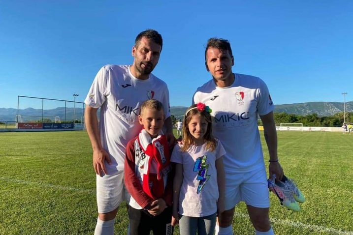 Ahmad i Anas Sharbini s mladim navijačicama OŠK-a/Foto facebook OŠK Omišalj
