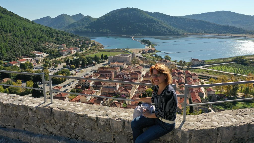 Vodičkinja Dalia Ficović Franušić na stonskim zidinama / Foto NATIONAL GEOGRAPHIC