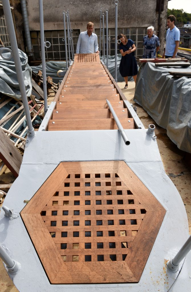 Na stepenicama se može najbolje vidjeti razliku između obnovljenih i neobnovljenih dijelova / Foto Marko GRACIN