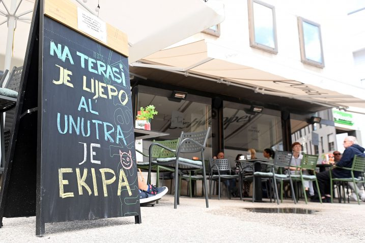 Vlasnici kafića u doba pandemije bili su vrlo inventivni, pa tako i jučer, no gosti su ipak ostali na terasama / Snimio Vedran KARUZA