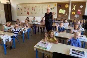 Učenici 1.a razreda creske škole i učiteljica Ljiljana Holik / Foto Walter Salković