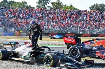 Lewis Hamilton izlazi iz bolida nakon sudara s Verstappenom/Foto: REUTERS