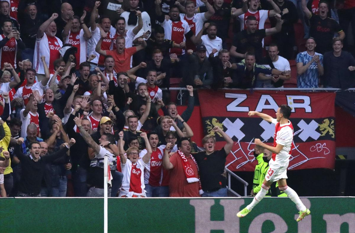 Steven Berghuis slavi pogodak s navijačima/Foto: REUTERS