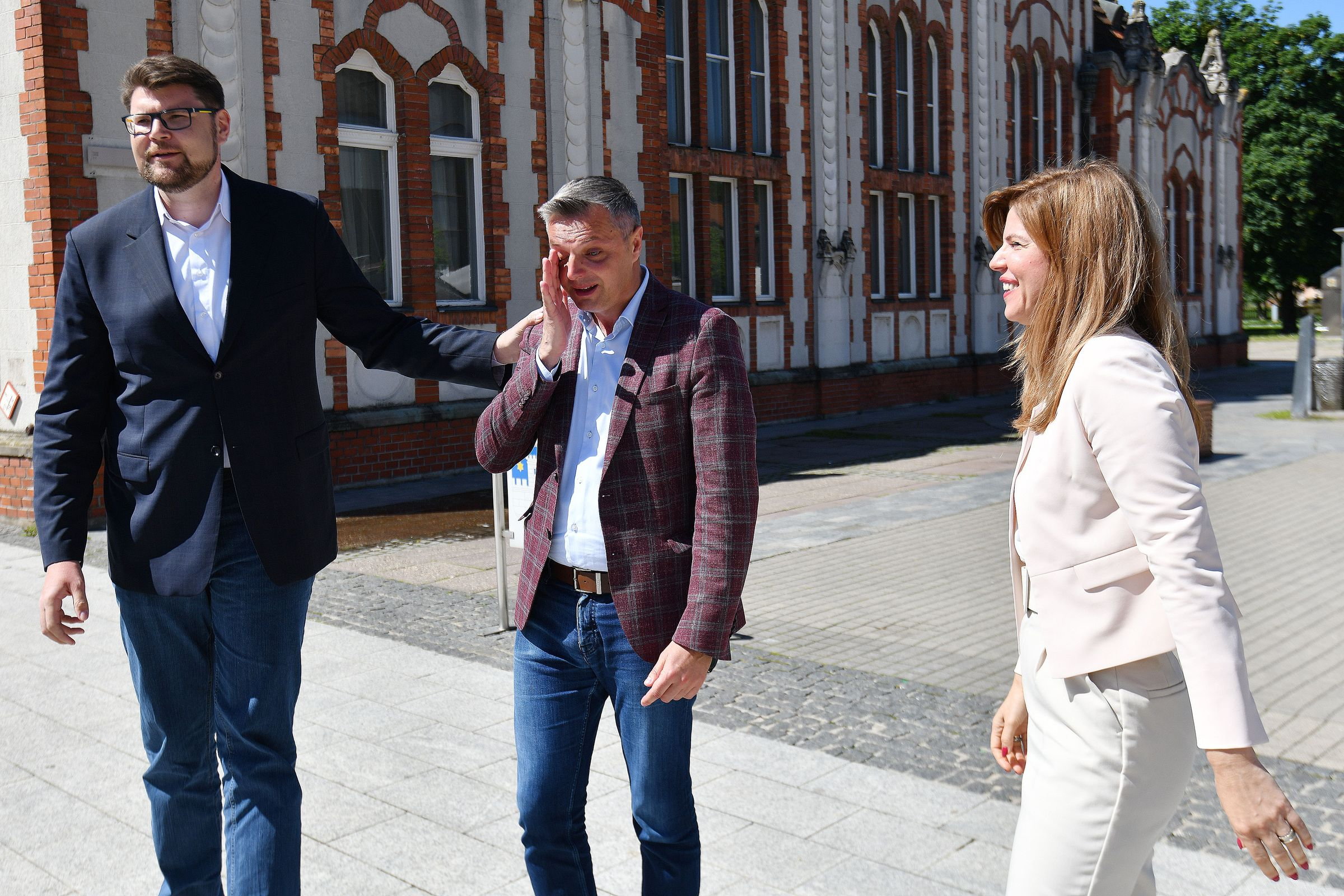 Stjepan Kovač plače dok ga tješe Peđa Grbin i Biljana Borzan / Foto Vjeran Zganec Rogulja/PIXSELL