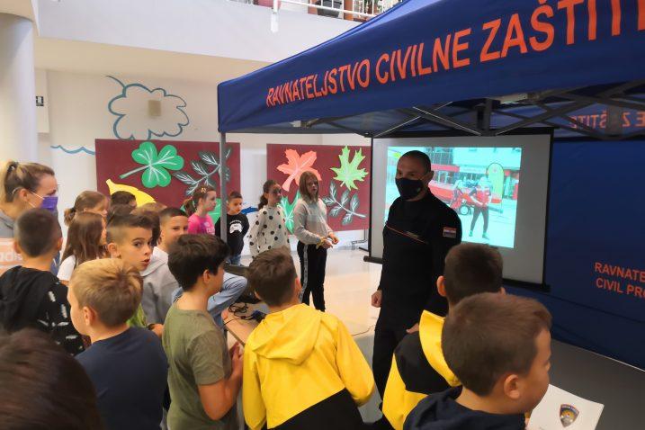 U OŠ Srdoči učenici su bili vrlo aktivni u postavljanju pitanja pripadnicima Civilne zaštite / Foto V. MRVOŠ