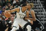 Giannis Antetokounmpo (Bucks) i Nicolas Claxton (Brooklyn)/Foto REUTERS