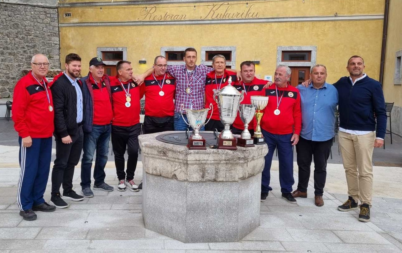 Gradonačelnik Kastva Matej Mostarac s osvajaćima Kupa Hrvatske iz Boćarskog kluba Kastav / Foto Slavica Kleva