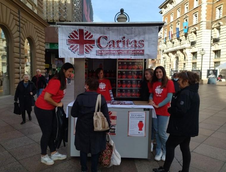 U donatorskim kućicama na Korzu volontiraju volonteri riječkog Caritasa, studenti i riječki bogoslovi