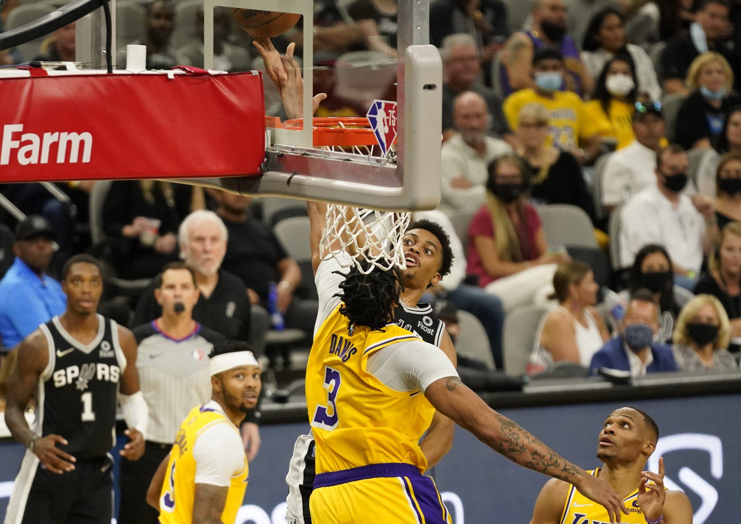 Keldon Johnson (San Antonio) i Anthony Davis (LA Lakers)/Foto REUTERS