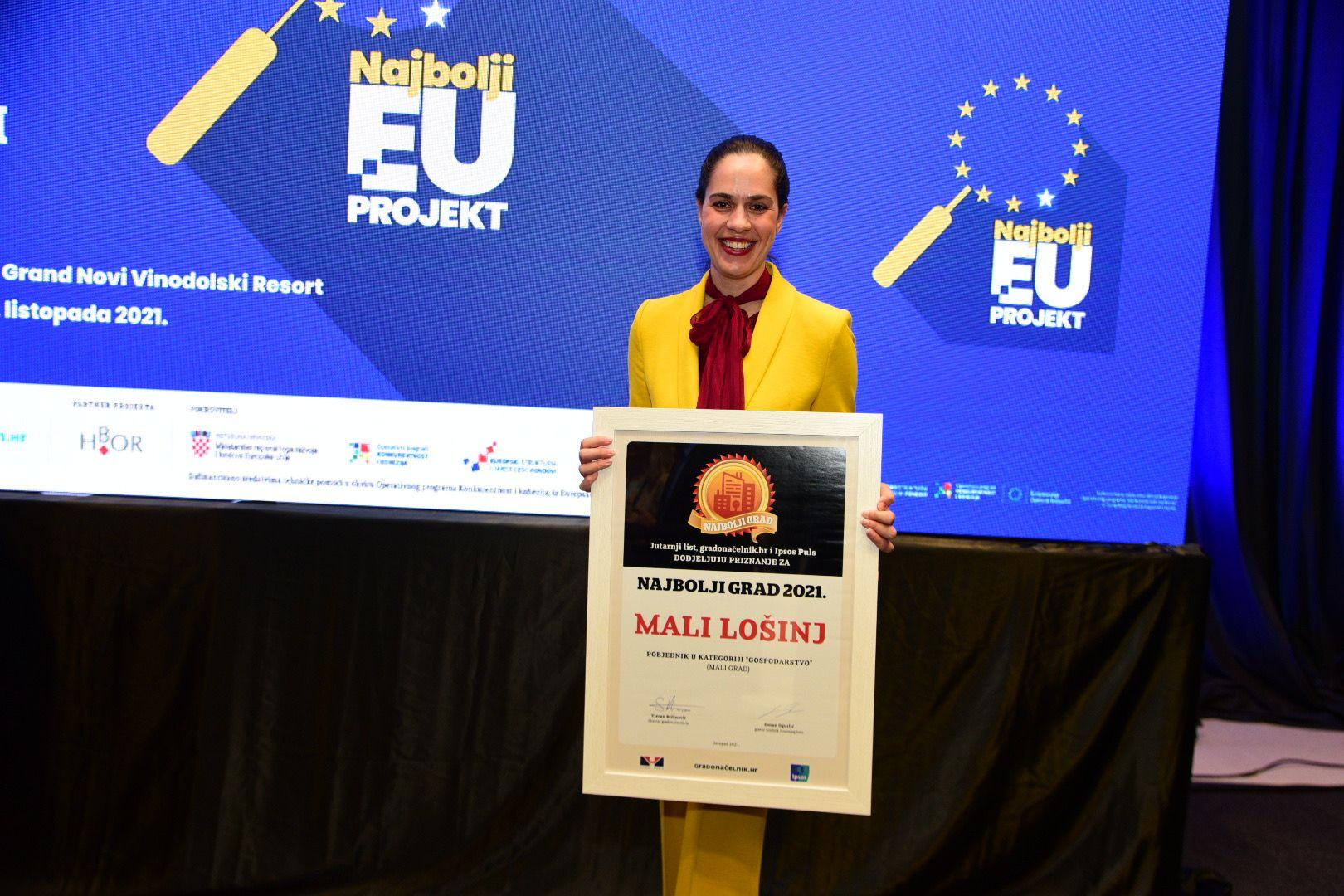 Gradonačelnica Ana Kučić preuzima priznanje